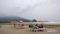 Menikmati pemandangan laut dan gunung dari Pantai Kedu