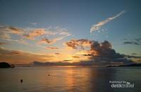 Awan keemasan saat matahari akan memasuki horison.