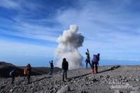 Kawah Jonggring Saloka yang selalu mengeluarkan asap setiap 30 menit sekali