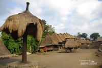 Tampak dari bawah jejeran perumahan di Desa Bena