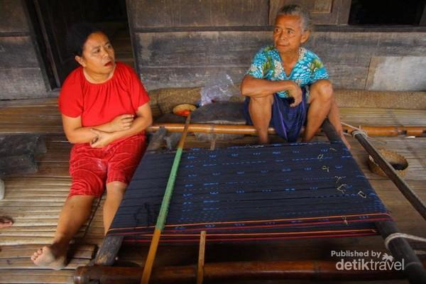 Mama-mama Desa Bena yang lagi menenun. Menenun menjadi salah satu penghasilan selain kopi dan coklat