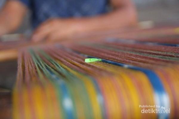 Tidak hanya untuk dijual kain tenun juga digunakan secara pribadi untuk masyarakat desa