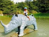 Ada pula patung badak besar