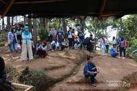 para pengunjung menunggu antrian berfoto