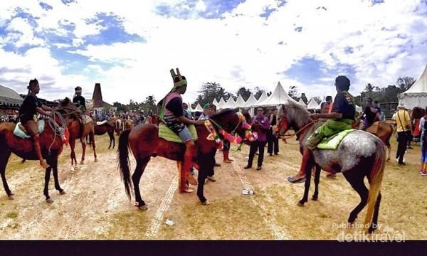 Parade 1000 kuda Sandelwood di Tambolaka