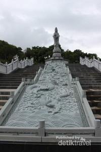 Untuk mendekati Patung Dewi Kwan Im kita harus menaiki 70 anak tangga