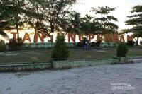 Lokasi tanjung pendam yang terletak ditengah kota menjadikan kawasan ini ramai pengunjung terutama saat sore hari