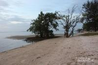 Suasana pantai saat sore hari