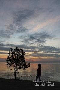 Pemandangan saat matahari terbenam merupakan saat yang ditunggu-tunggu oleh banyak pengunjung