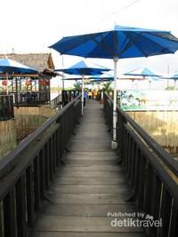 Sesuai namanya yang memakai nama pantai, cafe ini pun berada tepat di bantaran Sungai Asahan dengan konsep outdor dan terapung di aliran Sungai Asahan.