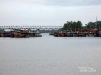 Karena letaknya yang berada di tepi aliran Sungai Asahan, dari cafe ini pun pengunjung bisa melihat jelas aliran Sungai Asahan, sungai terbesar dan terpanjang di Sumatera Utara yang bertemu dengan aliran Sungai Silau.