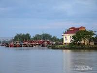 Dari sini juga terlihat bangunan replika Rumah Balai yang merupakan pengingat sejarah Kota Tanjung Balai yang bersanding dengan kapal-kapal yang sedang bersandar.