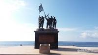 Monumen ini terletak di tepi laut sehingga menampilkan pemandangan yang indah