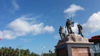 Foto dari berbagai sisi Monumen Trikora