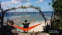 Duduk santai di atas Hammock sambil menikmati semilir angindan keindahan laut. Adem!