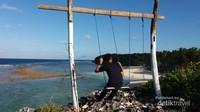 Terdapat ayunan yang dapat digunakan untuk menikmati keindahan pantai Marumasa