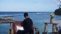 Santai sambil melihat laut nan cantik