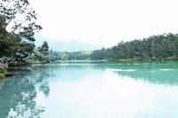 Danau dikelilingi oleh hijaunya pepohonan