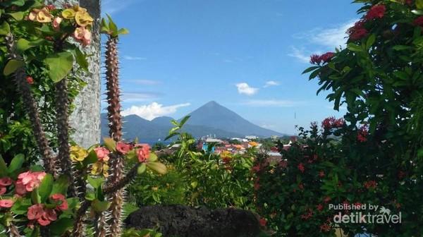 Nampak Pulau Tidore terlihat dari Benteng Tolukko di Kota Ternate