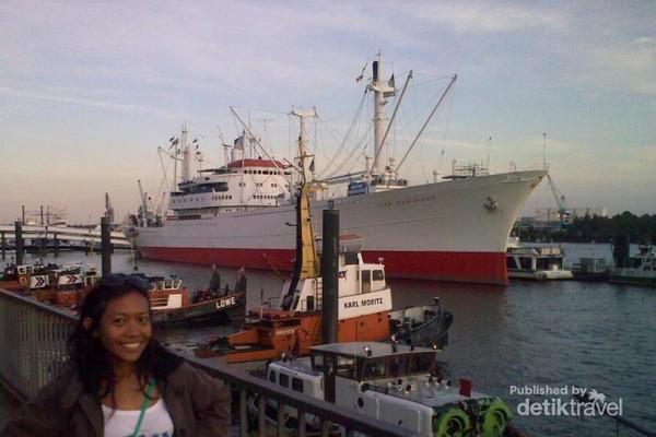 Kapal Cap San Diego merupakan kapal cargo yang tidak beroperasi lagi namun kaya akan sejarah. Pengunjung bisa mengitari kapal untuk melihat bagaimana kapal bekerja dan melaju. Pengunjung juga bisa menginap di dalam kabin kapal