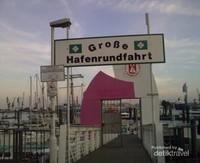 Papan nama yang berarti pelabuhan kapal besar