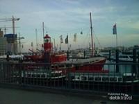 Aneka jenis kapal di pelabuhan Hamburg
