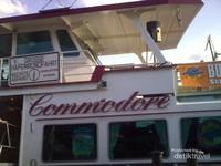 Kapal Commodore berkapasitas 180 orang, di dalamnya terdapat layanan ala restoran