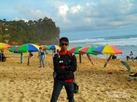 Hiasan payung-payung untuk berteduh disepanjang Pantai Pok Tunggal