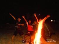Api unggun sebagai penghangat malam yang dingin