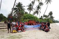 Foto bersama warga seusai membuka akses jalan, plang, dan aksi bersih pantai