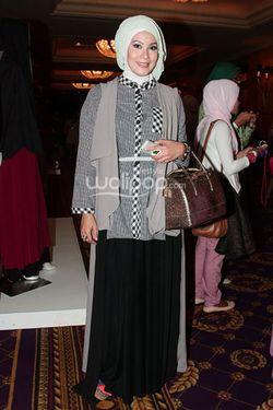 Hijab Style Tampil Stand Out Di Acara Fashion Ala 8 Selebriti Indonesia 5