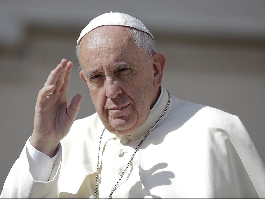 Viral, Aksi Gadis Cilik Mencuri Topi Paus Fransiskus