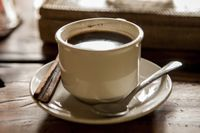 Salah satu alasan utama dibalik warna gelap bibir Anda adalah terlalu banyak mengonsumsi teh, kopi dan minuman lainnya. Jadi, Anda perlu mengurangi kebiasaan minum tersebut. Foto: Thinkstock