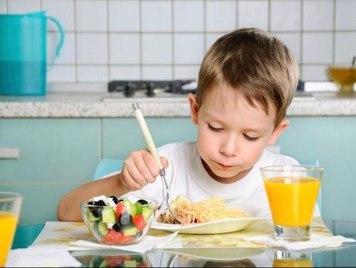 Ini Alasannya Si Kecil Perlu Dibiarkan Makan Sendiri