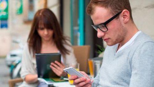 Survei: Orang Tua dan Anak Habiskan Waktu Sama Banyaknya Bermain Gadget