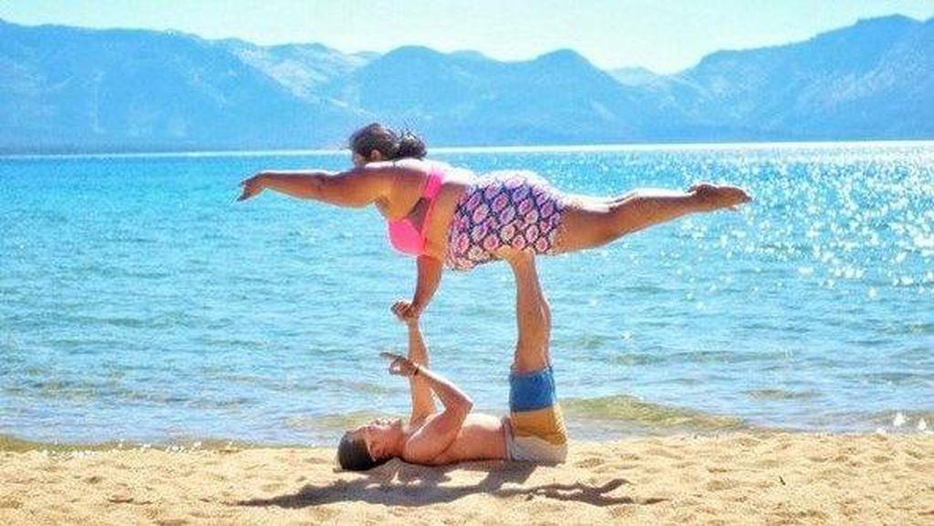 Aksi Valerie Lakukan Ragam Gerakan Yoga Meski Tubuhnya Gemuk