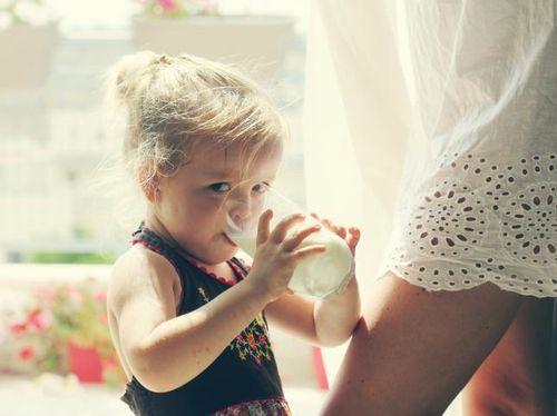 Anak Suka Minum Susu Sambil Tiduran? Waspada Infeksi Telinga Tengah