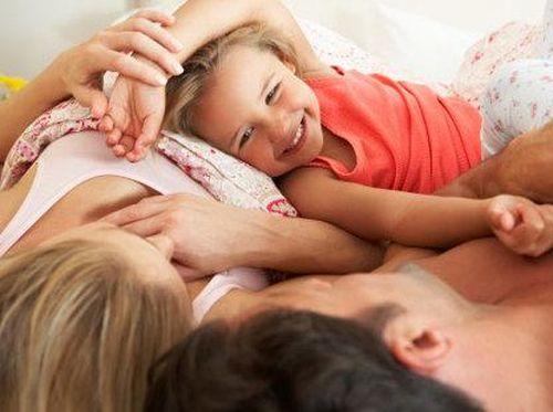 Dekatkan Bonding Orang Tua dan Anak dengan Bermain Siapa Cium, Mau Coba?