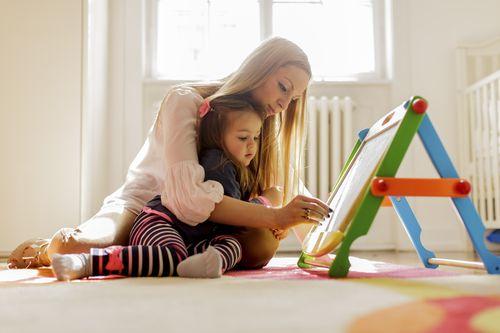 Plus Minus Saat Anak Lebih Suka Main dengan Orang Dewasa