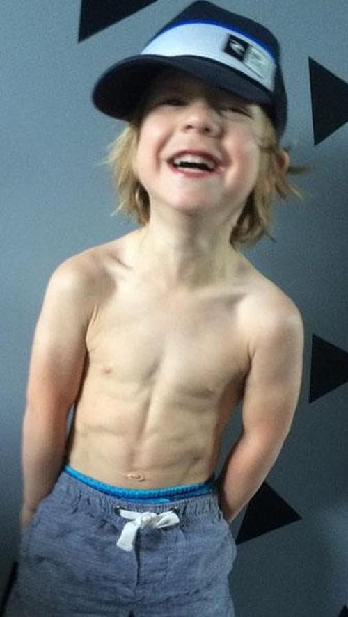 Pria Dewasa Boleh Malu, Bocah 3 Tahun Ini Sudah Memiliki Perut Six Pack