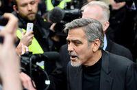 Salah satu pria terseksi di Hollywood, George Clooney, ternyata menderita sakit punggung kronis. Berawal dari cedera saat syuting film thriller tahun 2005, Syriana, Clooney mengatakan bahwa pada satu titik rasa sakitnya sangat buruk sehingga dia ingin bunuh diri. Foto: Jeff J Mitchell