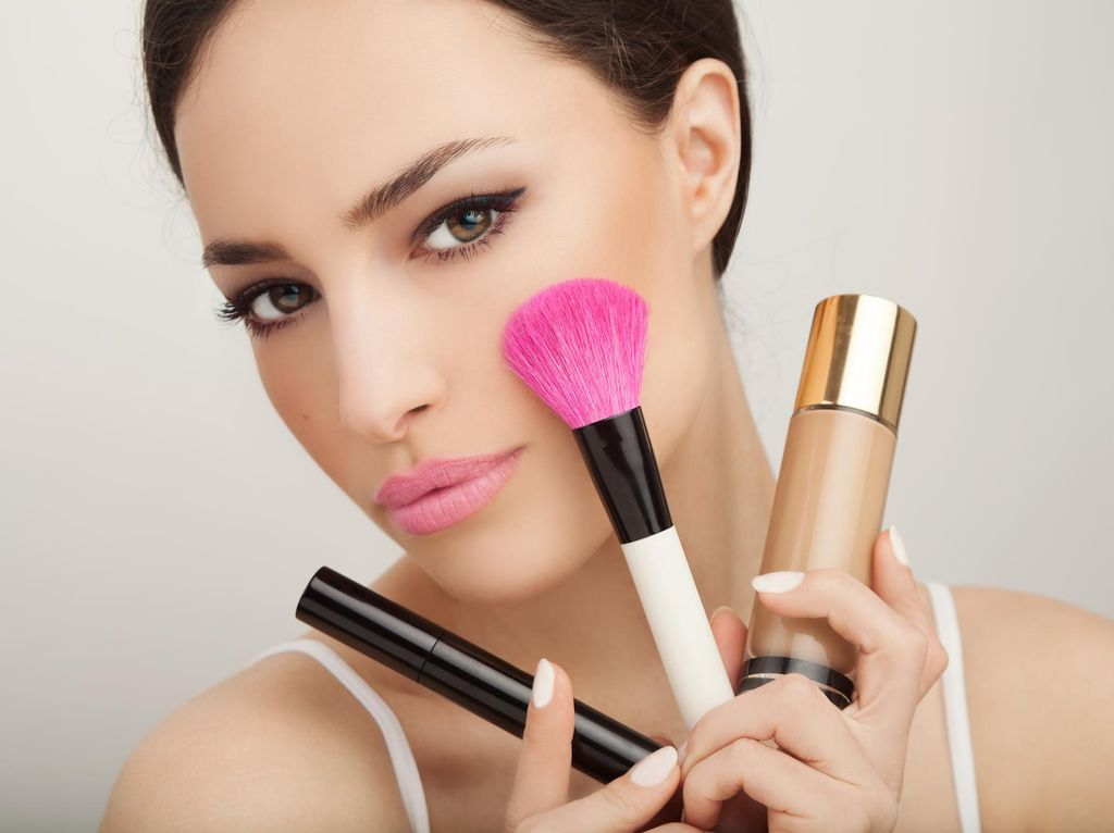 Viral, Makeup Artist Merias Bibir Menggunakan Kertas Toilet