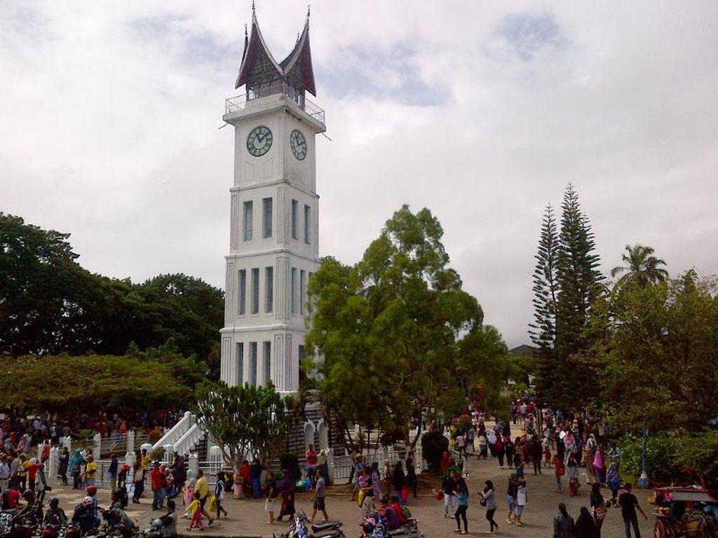 Libur Imlek, Jam Gadang Bukittinggi Ramai Wisatawan