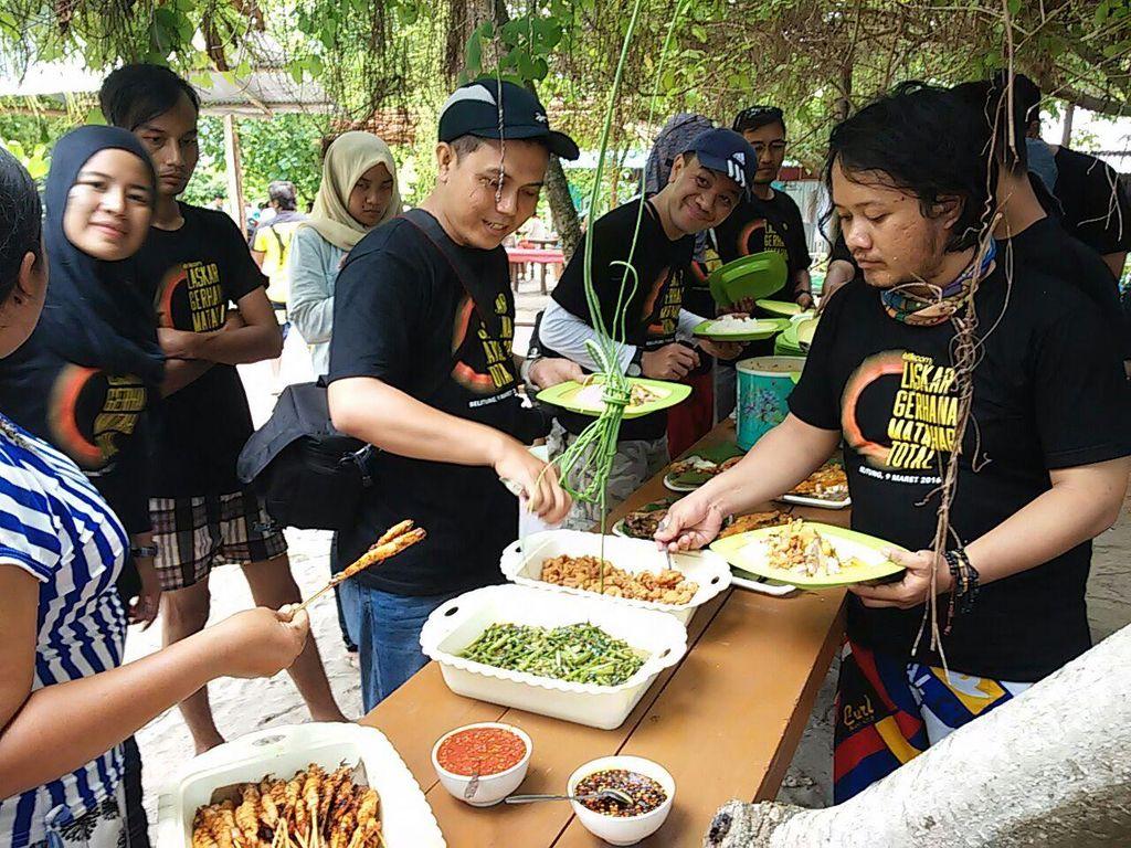 Puas Island Hopping, Laskar Gerhana Makan Siang di Pulau Kepayang