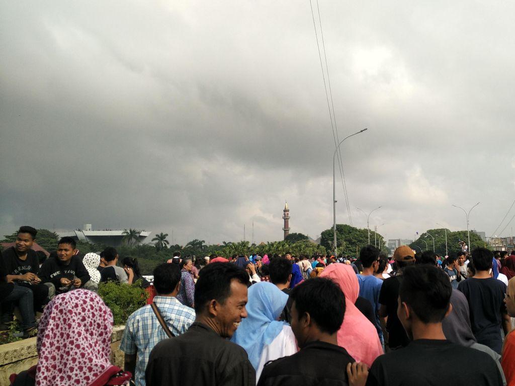 Usai Tonton Gerhana, Warga Berbondong-bondong Tinggalkan Jembatan Ampera