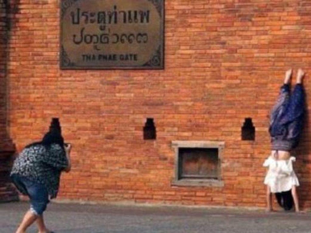 Aneka Kelakuan Traveler Menyebalkan di Tempat Wisata