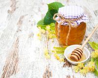 Singkirkan kulit kering di bibir Anda dengan scrub alami. Campurkan satu sendok teh madu dengan gula merah dan oleskan di bibir Anda. Gosok dengan gerakan melingkar dan bilas dengan air hangat. Foto: iStock