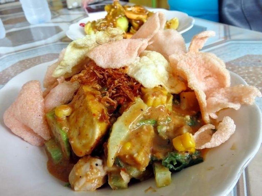 Rasa 'mlekoh' manis dan pedas seimbang dari gado-gado Yenny, kota Tangerang ini bakal bikin Anda ketagihan. Sedap!Foto: detikFood