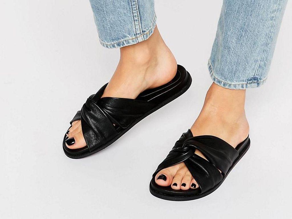 Editors Choice: 5 Sandal yang Stylish untuk Dipakai Hangout