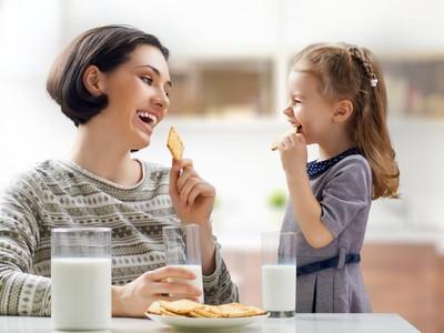 Sering Memberi Hadiah Makanan untuk Anak? Ini Efek Negatifnya
